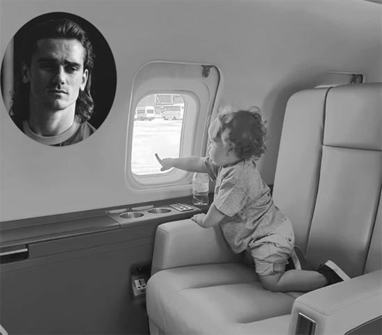 Tiền đạo người Pháp Antonie Griezmann đăng ảnh con trai nhỏ ngồi trong máy bay chuẩn bị cho một chuyến đi nghỉ cùng gia đình. Sao Barca và bà xã có hai con, một trai một gái.