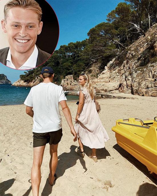 Tiền vệ Frankie de Jong và bạn gái Mikky Kiemeney cùng nhau tới một bãi biển ở Tây Ban Nha nghỉ mát. Tuần trước, cả hai đăng ảnh kỷ niệm một năm chàng trai trẻ người Hà Lan tới Barca thi đấu.