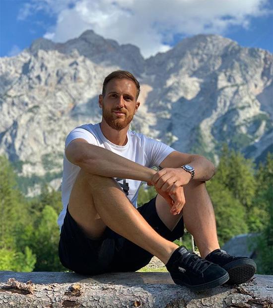 Thủ thành Jan Oblak ngồi thư giãn trên một khúc cây, xung quanh là khung cảnh đồi núi trong kỳ nghỉ hè muộn. Thủ môn người Slovenia là người gác đền số một của Atletico Madrid.