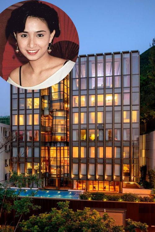 Không gian sống của gia đình Á hậu Hong Kong Ngô Uyển Phương được chia sẻ trên mạng xã hội hôm 21/7. Ngôi nhà trông như một khách sạn cao cấp, với bể bơi và bãi đậu xe ở tầng trệt, nhà 8 tầng lầu, mặt ngoài đều ốp kính.