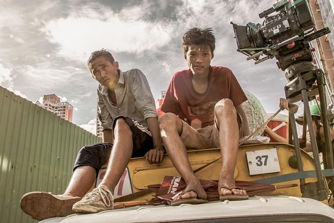 Anh Tú Wilson (trái) và Anh Khoa trong một cảnh phim.