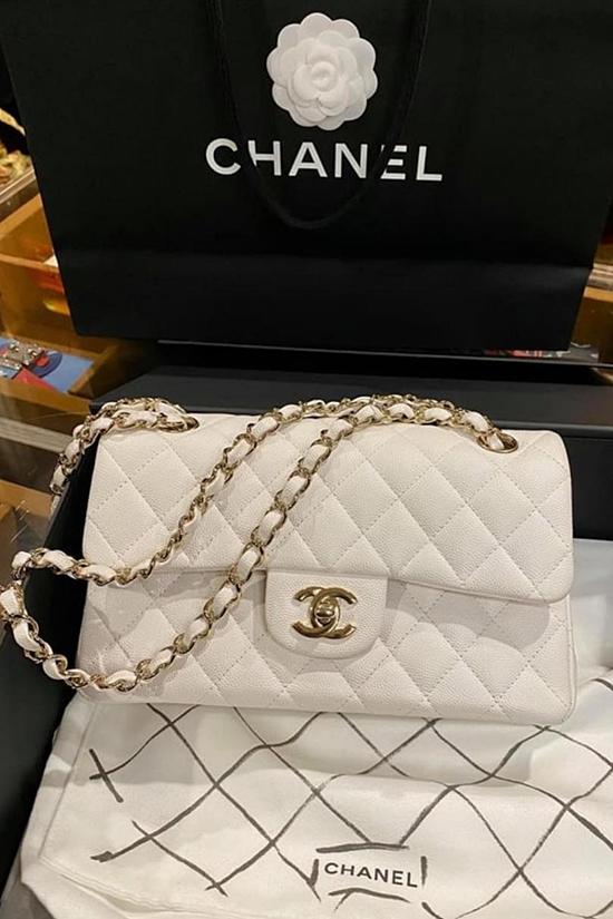 Chiếc túi Chanel màu trắng sang trọng, còn đầy đủ hộp và . Theo Kỳ Duyên, món đồ này mới hoàn toàn song cô để lại cho khách chỉ 93 triệu đồng, so với giá gốc 160 triệu đồng.