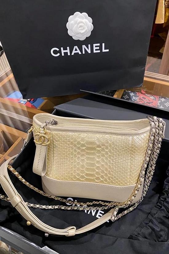 Một mẫu túi Chanel khác được hoa hậu giới thiệu mới 99,9%, có hộp và hóa đơn để khách hàng yên tâm. Do đó, mức giá của nó chạm mốc 99 triệu đồng.