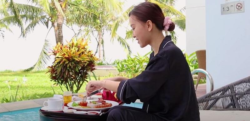 Ngay ngày đầu thức dậy giữa không gian sang trọng, Chi Sally đã có ngay bức ảnh để đời khi thưởng thức bữa sáng thịnh soạn trên mặt bể bơi (floating breakfast). Đây là trải nghiệm sang chảnh mà Vinpearl Signature dành tặng cho những thượng khách lựa chọn gói nghỉ dưỡng đặc biệt này.