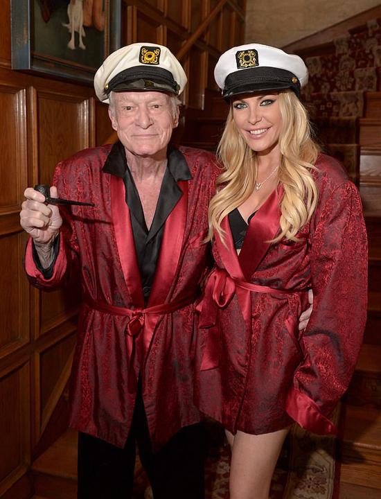 Crystal Harris là bạn gái của Hugh Hefner từ năm 2009 khi cô mới 23 tuổi còn ông 84 tuổi. Họ lên kế hoạch tổ chức đám cưới vào năm 2011 nhưng Crystal đột ngột hủy hôn vào phút chót. Một năm sau cô quay lại biệt thự Playboy và làm đám cưới với Hugh vào đêm giao thừa 2012. Họ chung sống hạnh phúc cho đến khi triệu phú truyền thông từ biệt cõi đời.