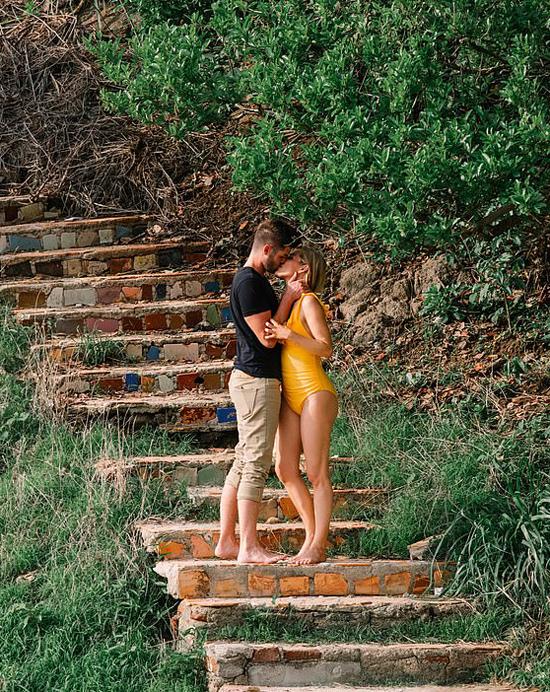 Đôi uyên ương thoải mái thể hiện tình yêu tại một rssort.