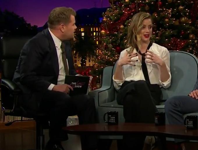 Amber Heard trong chương trình Late Late Show with James Corden sau khi được trang điểm che vết thương.