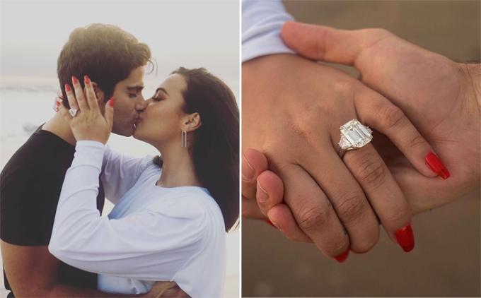 Demi khoe nhẫn đính hôn.