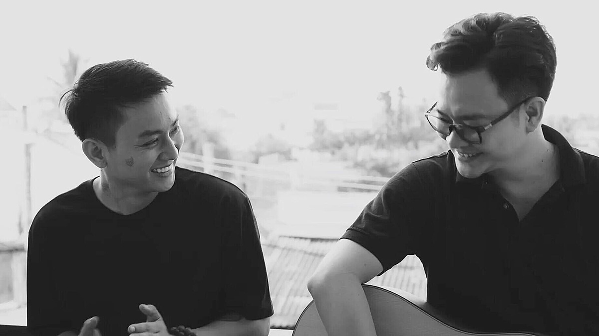 Ca sĩ Hoài Lâm (trái) và nhạc sĩ Nguyễn Minh Cường trong MV Hoa nở không màu.