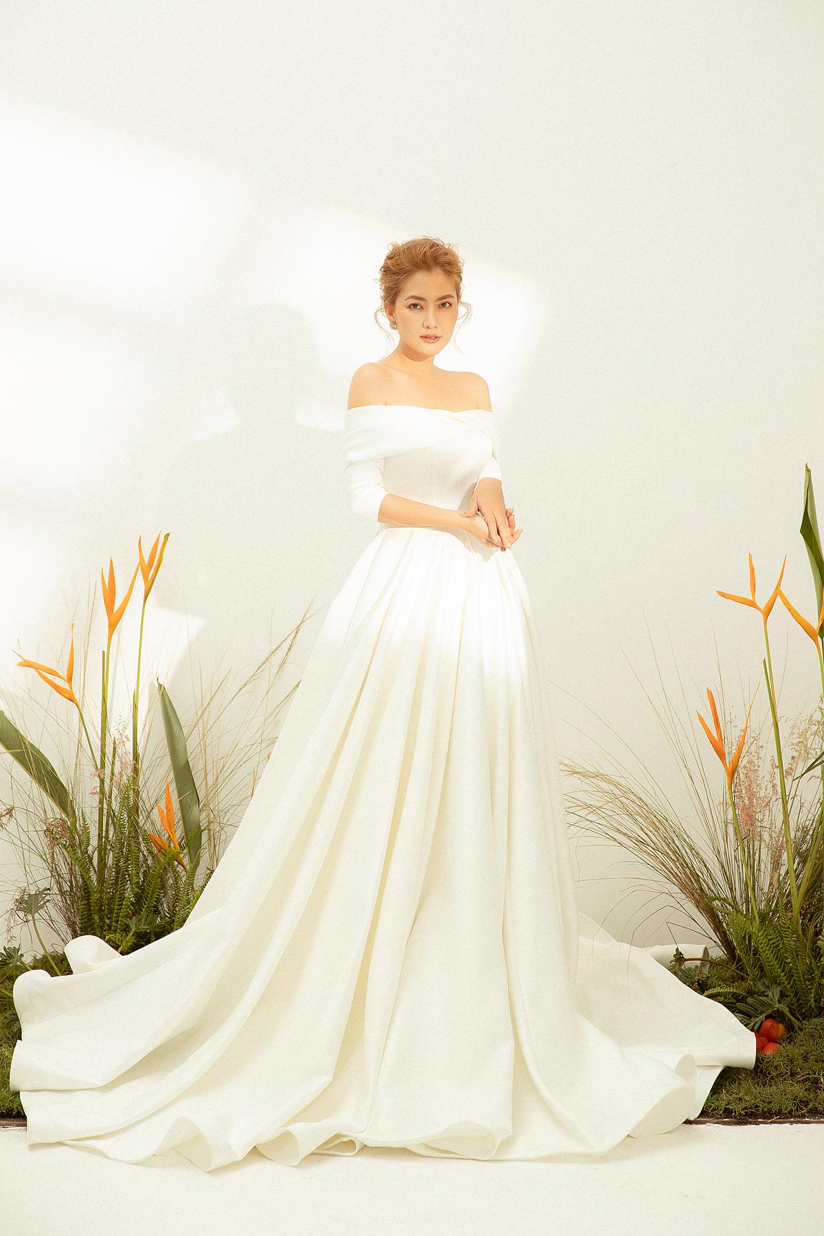 Từ phom váy chữ A, phần thân dưới biến tấu với lớp tùng váy dày nhưng không cồng kềnh tạo nên sự sang trọng nhưng vẫn thoải mái cho cô dâu.