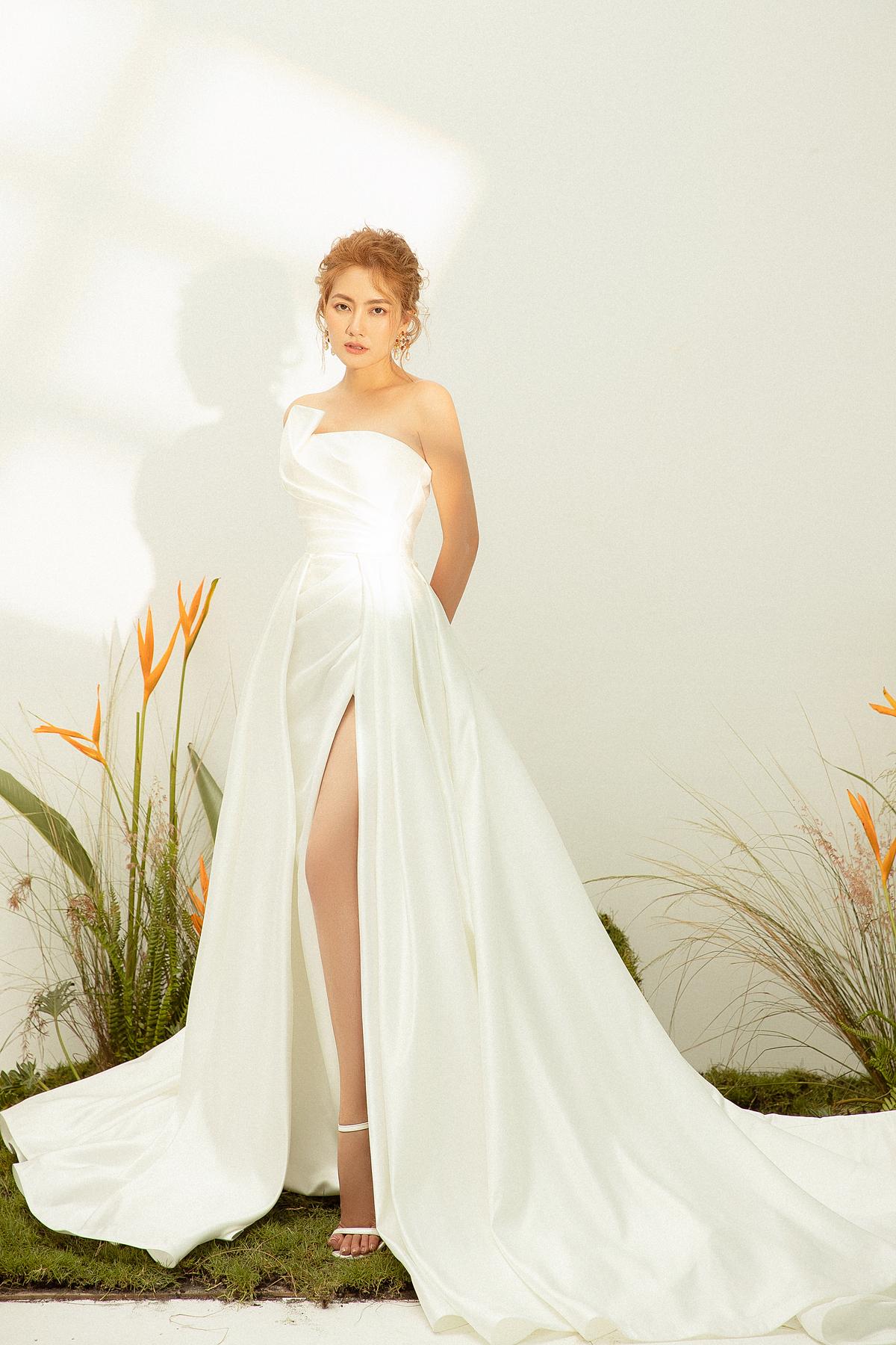 Bộ váy cưới có đường cắt xẻ gợi cảm, thoải mái vẫn không kém phần thanh lịch và lộng lẫy.