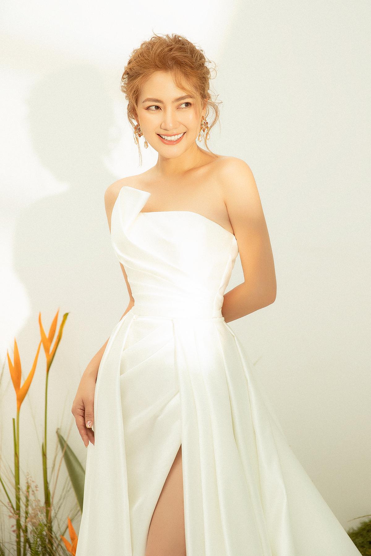 Thiết kế đặc biệt phù hợp với cô dâu có vóc dáng mảnh mai và phù hợp với tiệc cưới ngoài trời, cần sự thoải mái trong việc di chuyển