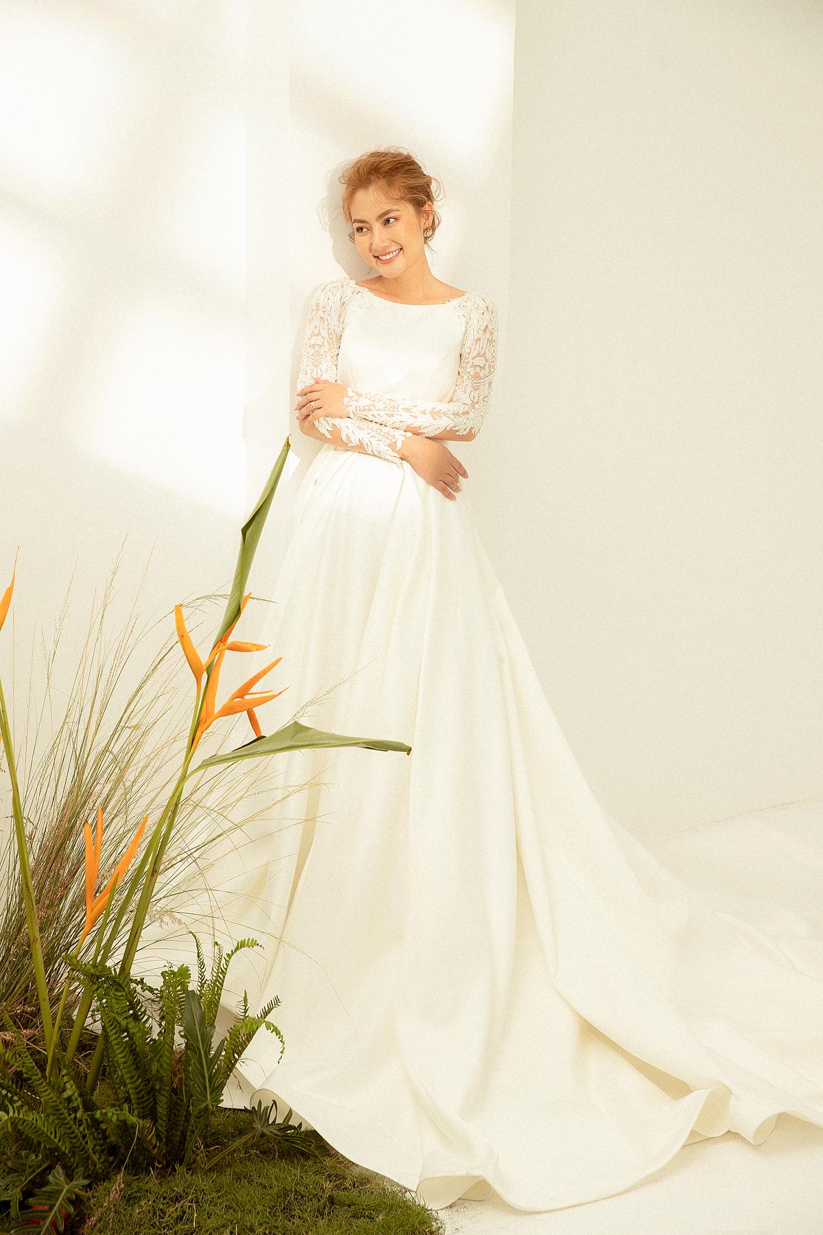 Váy cưới mùa thu - đông năm nay đề cao những phom dáng cơ bản, phát triển từ phom váy chữ A cổ điển, biến tấu phù hợp với phong cách hiện đại để hài hoà giữa xu hướng và mong đợi của cô dâu. Bằng sự khéo léo trong phối hợp chất liệu, nhà thiết kế mang đến nhiều lựa chọn đa dạng cho cô dâu với váy cưới màu trắng. Đó là màu trắng cổ điển trên nền vải lụa thanh lịch, hay thanh thoát toát lên từ chất liệu voan, ren cao cấp... tất cả tạo nên sự tươi mới cho phái đẹp.