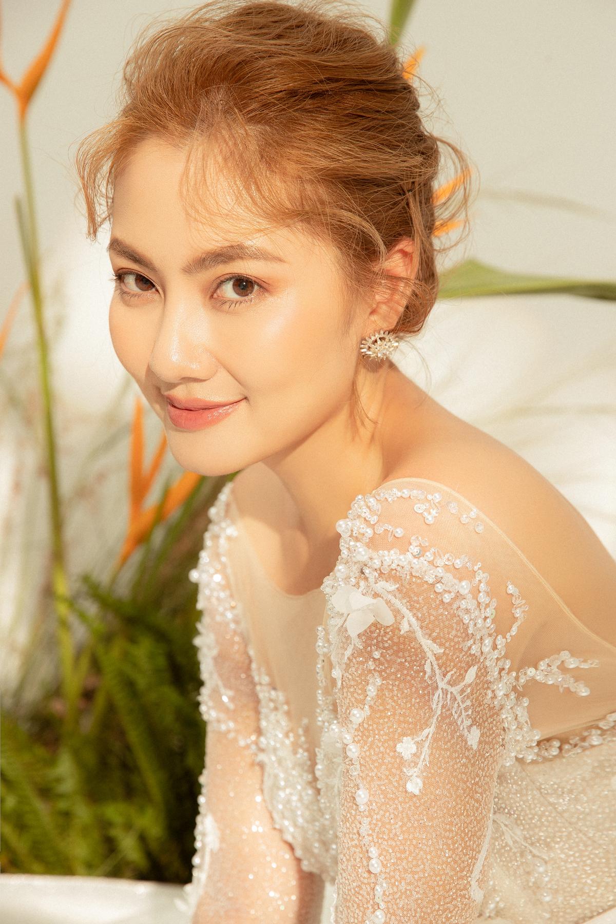 Bộ váy có những chi tiết đính kết tinh tế giúp cô dâu tỏa sáng ngay từ lúc bước vào sảnh đường
