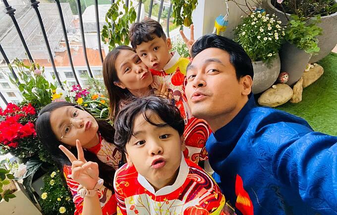 MC Phan Anh bên vợ và ba con.