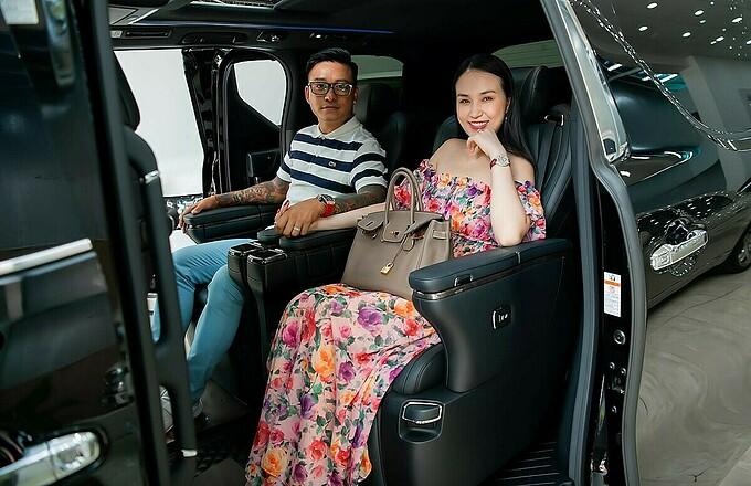 Giọng ca Tìm lại bầu trời cho biết chiếc Toyota Alphard 2020 Luxury 7 chỗ được ví von giống như một chuyên cơ mặt đất với chiều dài, rộng và cao lần lượt là 4.945 x 1.850 x 1.890 mm. Đây là món quà anh dành tặng vợ. Cả hai yêu thích mẫu xe này vì cách thiết kế khoang ghế. Hàng ghế VIP thứ hai có thể chỉnh điện 4 hướng và có đệm để chân chỉnh 4 hướng kết hợp cùng tính năng sưởi ghế, thông gió mang đến trải nghiệm đẳng cấp và cảm giác thoải mái như ngồi ghế thương gia trên máy bay. Tuấn Hưng sẽ cùng cả gia đình lái chiếc xe đi chơi hè này.