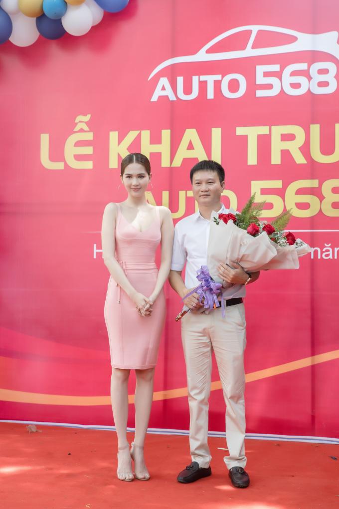 Nữ hoàng nội y Ngọc Trinh là một người bạn thân thiết của ông chủ Đào Nguyên. Người đẹp là một trong những tín đồ xe hơi hạng sang và thường xuyên nhờ ông Đào Nguyên tư vấn chọn xe. Mùa hè năm ngoái, cô chuẩn bị hoa tới dự khai trương showroom Auto 568.