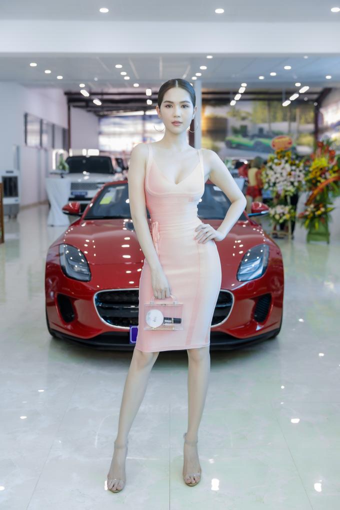 Ngọc Trinh đang sở hữu chiếc Mercedes-Maybach S-Class khoảng 11 tỷ đồng và đã sử dụng xe được hai năm. Cô muốn đổi sang dòng Maybach mới nhất. Người đẹp thường xuyên tự lái xe đi sự kiện hay du lịch cùng người thân, bạn bè. Người đẹp khẳng định những chiếc xế hộp hạng sang luôn khiến phụ nữ trở nên quyến rũ và mạnh mẽ hơn khi cầm tay lái.