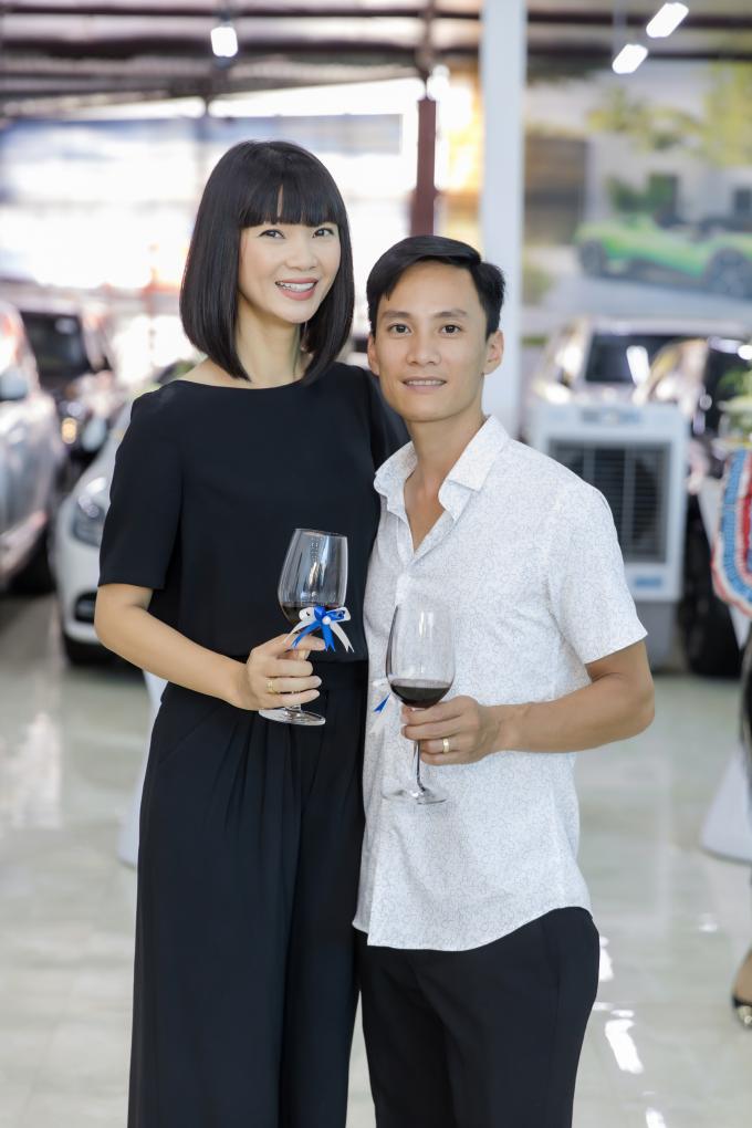 Vợ chồng siêu mẫu Hạ Vy cũng là khách quen của showroom Auto 568. Cả hai đang sở hữu một chiếc xe thuộc dòng 7 chỗ, với gầm cao và là phương tiện di chuyển chủ yếu của cả gia đình hàng ngày.