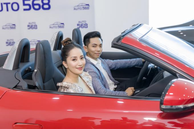 Phan Hiển thú nhận anh là một tín đồ tốc độ và luôn yêu thích những chiếc xe hơi thể thao. Khi dự sự kiện khai trương của Auto 568 vào năm ngoái, chiếc xe khiến anh và bà xã Khánh Thi thích thú là JaguarF TYPE R Convertible mui trần màu đỏ rực.