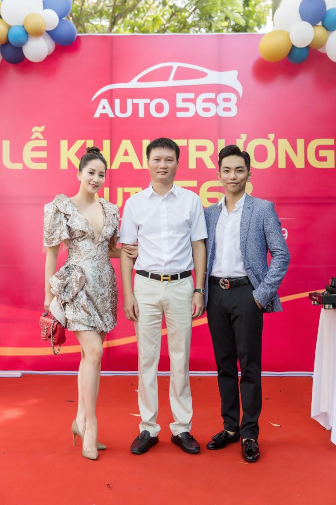Chủ nhân showroom Auto 568 - ông Đào Nguyên là người bạn thân thiết kiêm chuyên gia tư vấn cho vợ chồng Khánh Thi - Phan Hiển mỗi khi cả hai muốn tìm kiếm một dòng xe thích hợp cho nhu cầu sử dụng của gia đình. Nữ kiện tướng dancesport cho biết cô không tin tưởng ai khác ngoài ông Đào Nguyên mỗi khi tìm hiểu về xe hơi hạng sang.