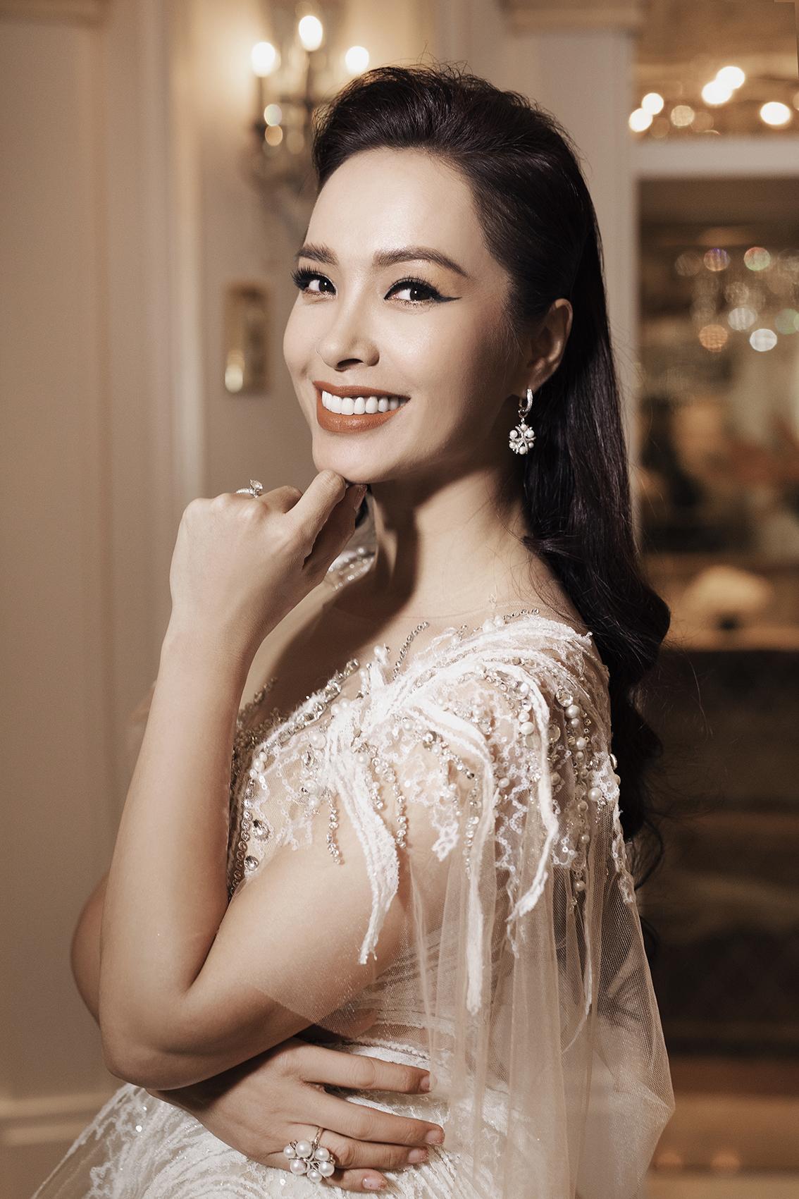Với gương mặt phúc hậu, nụ cười an yên, Thúy Hạnh mang nét đẹp của người phụ nữ hạnh phúc viên mãn, cô luôn truyền tải những nguồn cảm hứng tích cực trong cuộc sống tới phái đẹp.