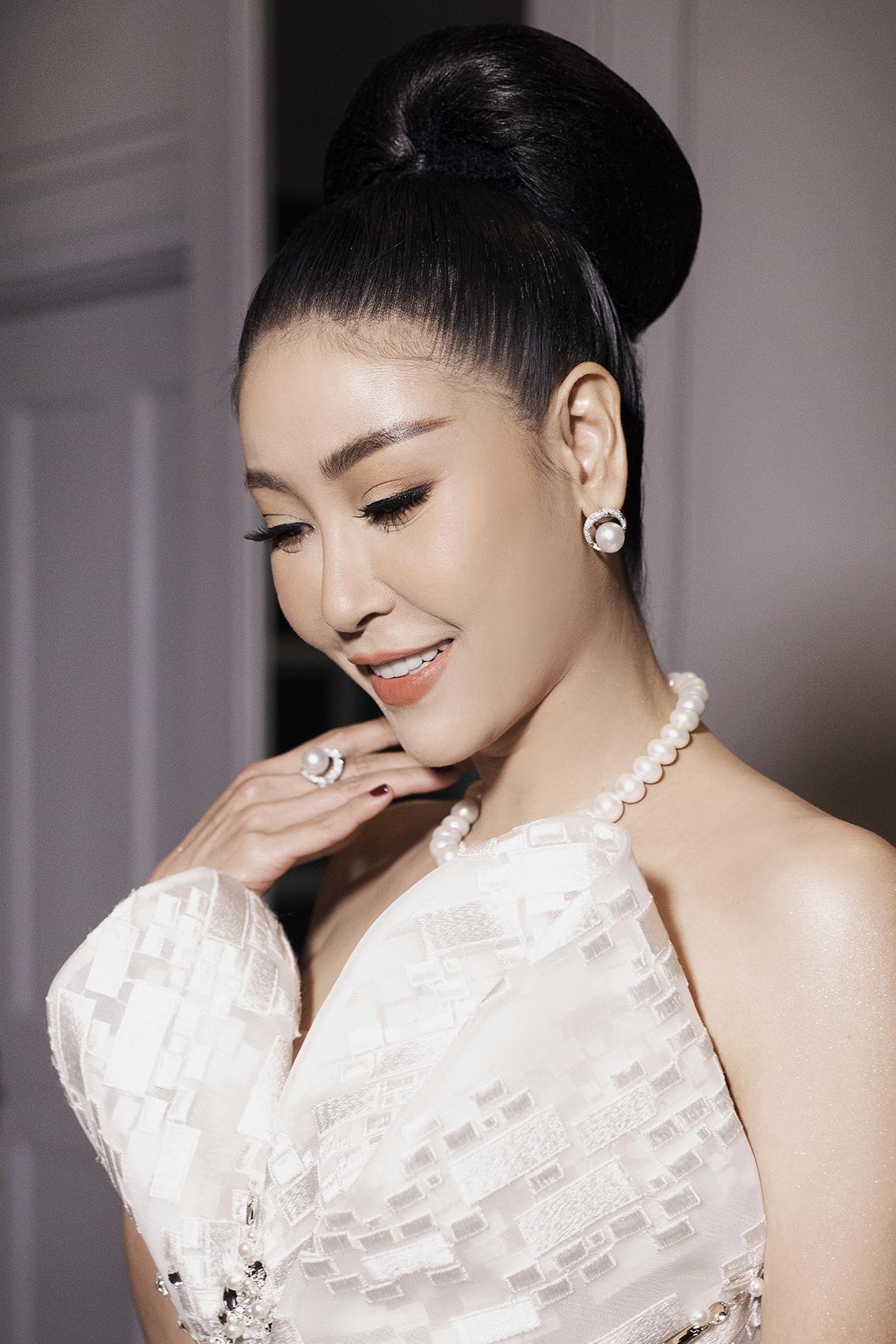 Hoa hậu Hà Kiều Anh diện chiếc váy cưới đặc biệt từ nhà thiết kế Hoàng Hải cùng South Sea - bộ trang sức ngọc trai  được ví như những đại trân châu tuyệt tác từ đại dương.