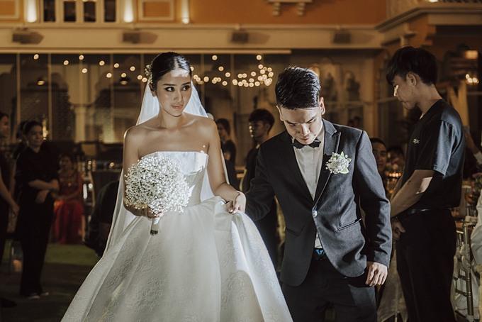Cô dâu kết hợp cùng khăn voan dài (train veil) theo gu thời trang trẻ trung, hiện đại.