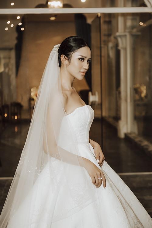 Khi kết hợp với layout make up tông nâu trầm kiểu Tây, Phương Trang gợi nhắc tới hình ảnh của công nương Kate trong ngày trọng đại.