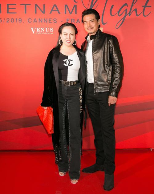 Trang phục theo phong cách sang trọng hay cá tính đều được Phượng Chanel sử dụng sắc đen cơ bản để phối đồ cho mình và chồng.