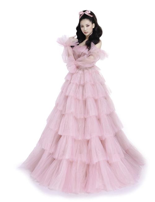 [Caption] Diện trên mình chiếc váy hồng ngọt ngào, nàng Aurora Amee đã làm toát lên được tinh thần lạc quan, trẻ trung và luôn hạnh phúc của nàng công chúa nổi tiếng này.Trái ngược vào hình ảnh kẹo ngọt của Amee là Trương Quỳnh Anh, trong hóa thân của nữ hoàng băng giá Elsa và bộ đầm tinh khôi màu xanh nhạt. Ở Trương Quỳnh Anh toát lên tính hiện đại, chất quyến rũ pha trộn với một chút kiêu kỳ, đúng như hình ảnh của nàng Elsa trong bộ phim nguyên mẫu do Disney phát hành từ năm 2013.
