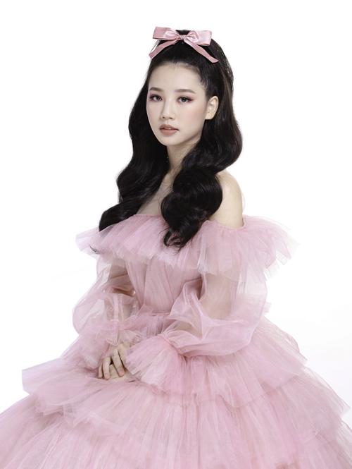 Nữ ca sĩ được nhiều fan yêu mến bởi hình ảnh ngọt ngào, nữ tính.