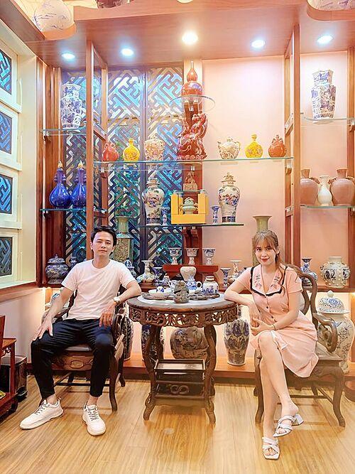 Vợ chồng Tú Vi tham quan nơi trưng bày các món đồ cổ của bố chồng.