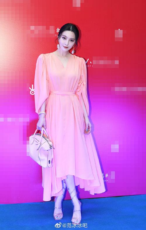 Ngôi sao Trung Quốc mặc váy hồng, xách túi ton sur ton váy áo khi xuất hiện tại triển lãm nghệ thuật các tác phẩm của Bob Dylan, tên gọi The light/Spectrum. Đây là sự kiện hiếm hoi mà Băng Băng tham dự, kể từ sau khi dính ồn ào trốn thuế và bị xử phạt cuối 2018.