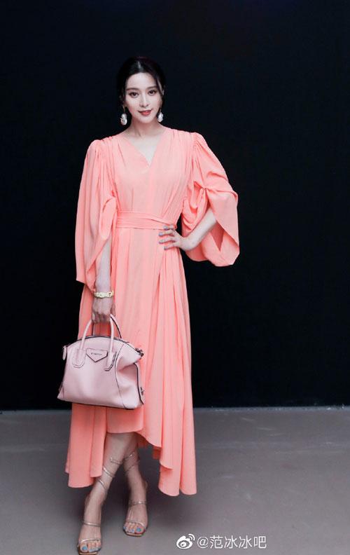 Băng Băng mặc đồ và xách túi trong bộ sưu tập sản phẩm mới nhất của Givenchy.