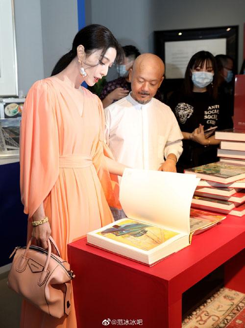 Băng Băng tiếp xúc các khách mời tại sự kiện.