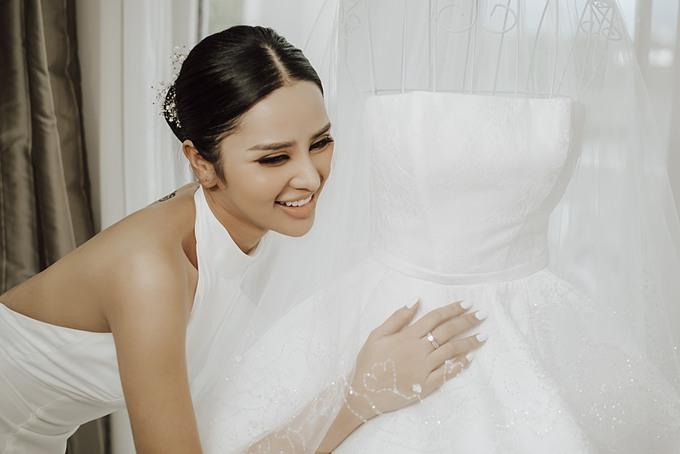 Cô dâu Phương Trang (doanh nhân) hiện sinh sống và làm việc tại Sài Gòn đã có một lựa chọn khác biệt so với nhiều nàng dâu khi chọn một chiếc váy cưới tối giản cho hôn lễ của mình. Bởi Trang luôn trung thành với phong cách thời trang tinh tế và quý phái. Mọi người thường cho rằng, trở thành công chúa trong ngày trọng đại mới thật sự hạnh phúc. Nhưng với Trang, được là chính mình với chiếc váy theo phong cách mình yêu nhất mới là một ngày cưới hạnh phúc và ý nghĩa, cô dâu Phương Trang chia sẻ.