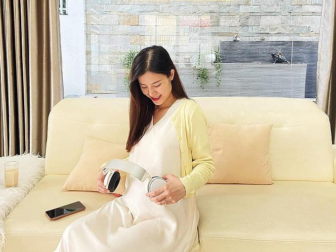 Đông Nhi cho rằng con cũng có máu văn nghệ nên quẩy tưng bừng trong bụng mẹ mỗi khi nghe nhạc.