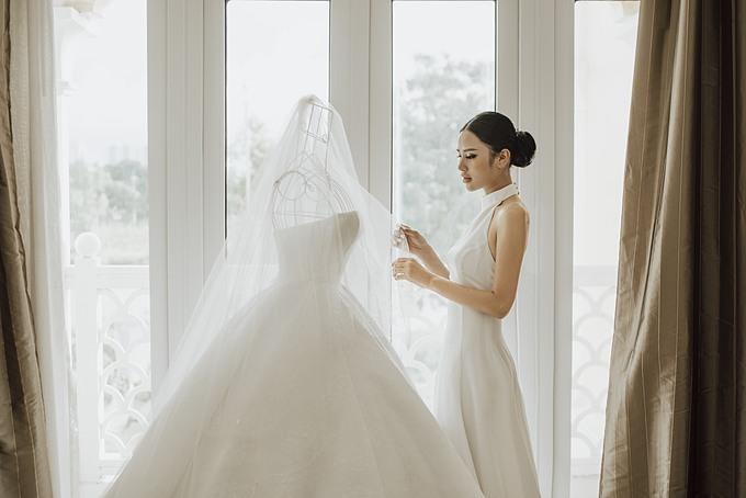 Chiếc váy mang sắc trắng Ivory sang trọng, được làm 100% lụa satin tơ tằm, in chìm các họa tiết hoa văn theo kiến trúc châu Âu thập niên 60.
