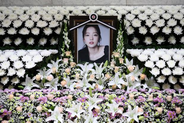 Goo Hara qua đời, gây tiếc thương cho khán giả, người thân vì cô còn quá trẻ.