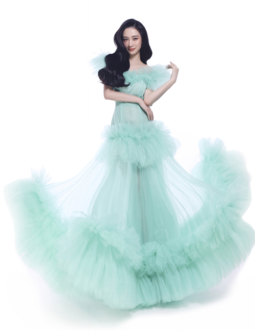 [Caption] Và cuối cùng, mảnh ghép còn lại trong 5 nàng công chúa được hé lộ đầu tiên – Jun Vũ – sẽ hóa thân thành nàng tiên cá Ariel. Quen thuộc với khán giả trong bộ phim hoạt hình từ năm 1989, Ariel là nàng công chúa luôn hết mình theo đuổi ước mơ, khoác lên người bộ trang phục màu xanh ngọc ngọt ngào và hớp hồn khán giả.