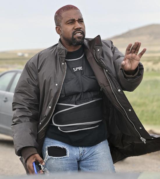 Kanye West mặc áo khoác dày và bộ đồ che chắn cơ thể khi rời điền trang ở miền Tây nước Mỹ.