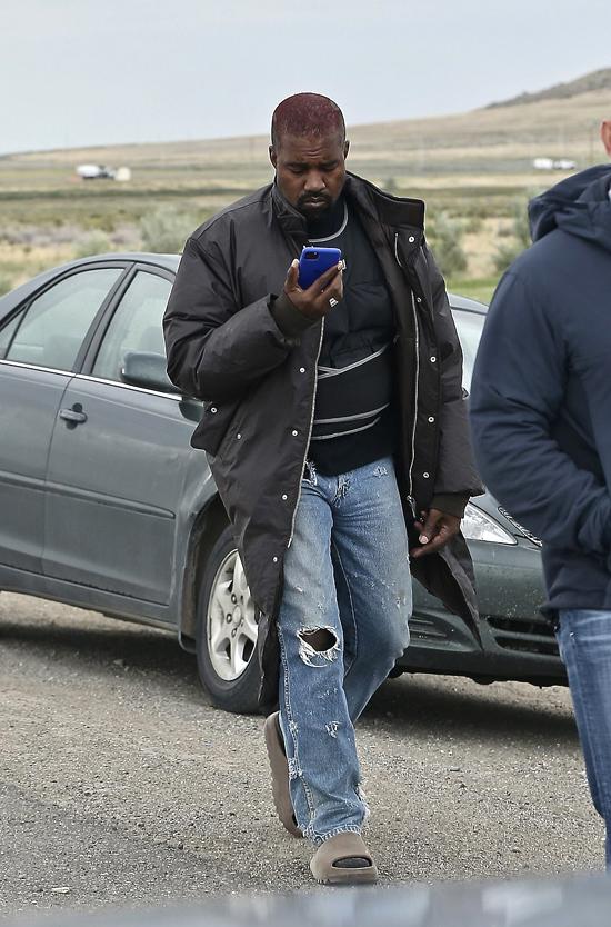 Ngôi sao 43 tuổi chăm chú xem điện thoại.