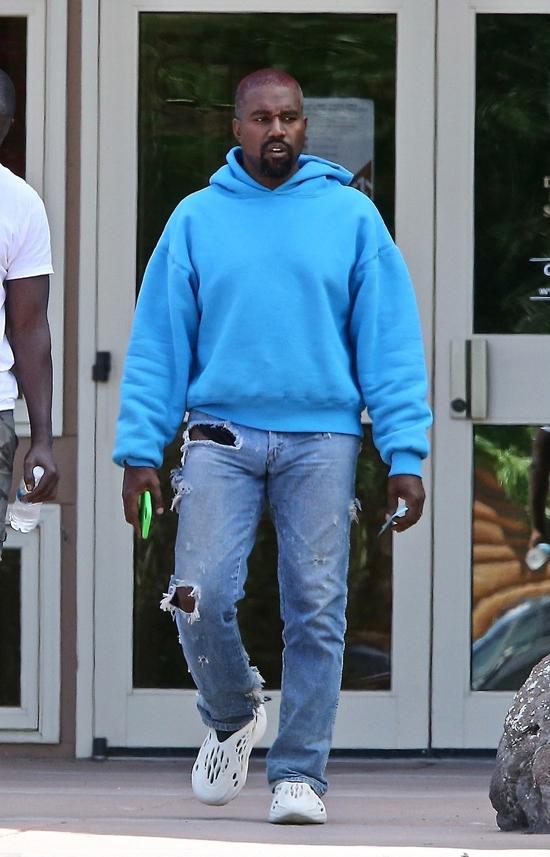 Một ngày trước đó, Kanye West tới siêu thị mua quần áo trẻ con cùng người bạn thân Damon Dash. Trong cuộc phỏng vấn với trang Pagesix, Damon phủ nhận Kanye bị điên và chỉ trích Kim Kardashian khi cho rằng chồng cô phát bệnh rối loạn lưỡng cực. Trông anh ấy rất cool, Damon phát biểu. Kanye có hơi chút mệt mỏi nhưng đang rất vui vẻ. Người bạn này nói thêm rằng Kanye khỏe mạnh và đang làm việc như bình thường.