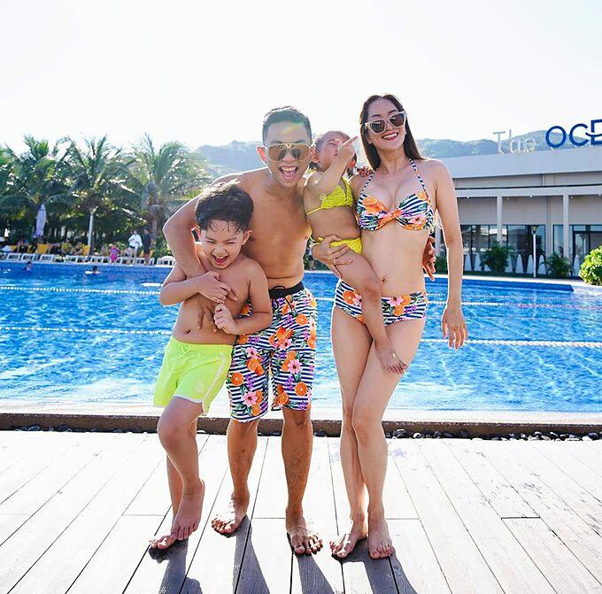 Gia đình Khánh Thi - Phan Hiển vui nhộn khi pose hình bên hồ bơi. Vóc dáng nuột nà của bà mẹ hai con khiến nhiều người xuýt xoa.