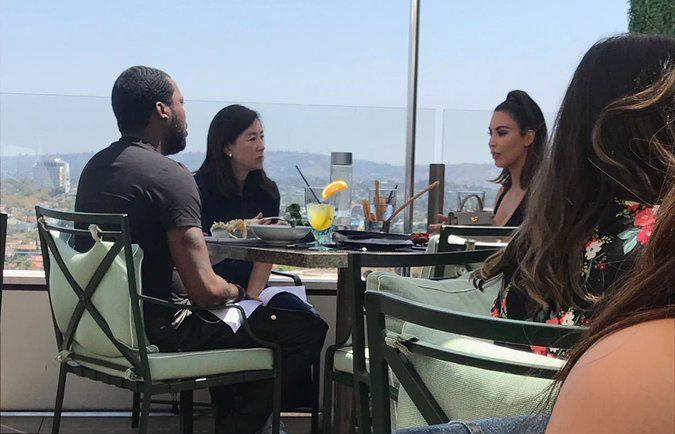 Kim (bên phải) ăn trưa và nói chuyện với Meek Mill (trái) cùng nhà từ thiện Clara Wu Tsai.