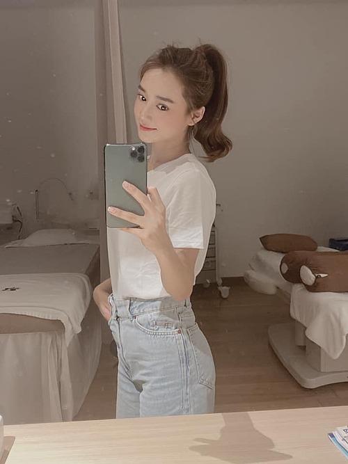 Khoe nhan sắc gái một con qua bức ảnh selfie trước gương, Nhã Phương bị fan bóc mẽ chỉnh ảnh đến méo cả điện thoại. Nữ diễn viên sau đó thừa nhận với giọng hài hước: Mẹ bỉm phải đu theo công nghệ thời 4.0.