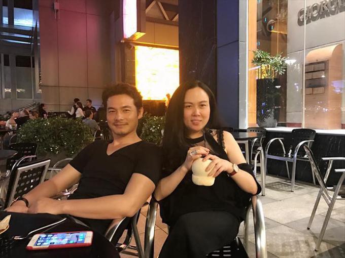 Diện nguyên cây đen đơn giản là phong cách được Quách Ngọc Ngoan và Phượng Chanel yêu thích khi đi cafe, hẹn hò ăn uống cùng bạn bè.