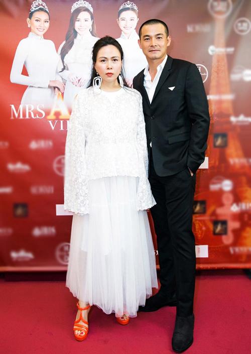 Váy trắng điệu đà được Phượng Chanel chọn lựa để tạo nên sự gắn kết với bộ vest gam đen của Quách Ngọc Ngoan.