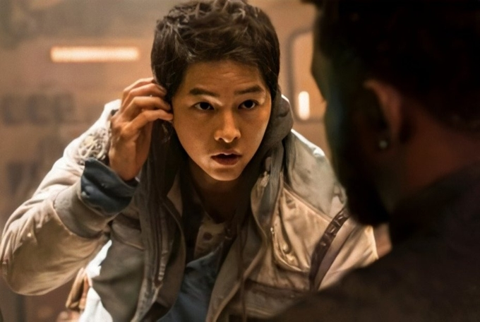 Song Joong Ki trẻ trung trong phim Space Sweepers.